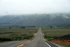 长的有风,狭窄和偏僻的加利福尼亚沿海路 图库摄影