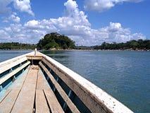 长的木小船热带河 免版税库存图片
