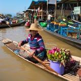 长的木小船的浮动亚裔供营商 免版税库存照片