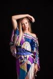 长的柔滑的礼服演播室射击的白肤金发的女孩 免版税库存图片