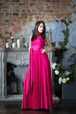 长的桃红色礼服的高雅妇女 豪华,室内 库存图片