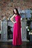 长的桃红色礼服的高雅妇女 豪华,室内 库存照片