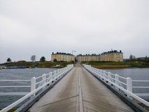 长的桥梁到有老房子的海岛 免版税库存图片