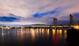 长的桥梁在夜光的I-5哥伦比亚河全景  免版税库存图片