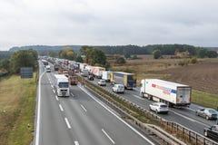 长的汽车队在高速公路站立 免版税图库摄影