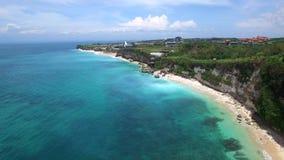 长的沙滩和巴厘岛天蓝色的海洋  股票视频