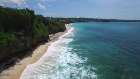 长的沙滩和巴厘岛天蓝色的海洋  股票录像