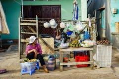 长的海氏,越南- 2014年12月29日:越南快餐摊贩在长的海氏鱼市清早,长的海氏,头顿上 免版税库存照片