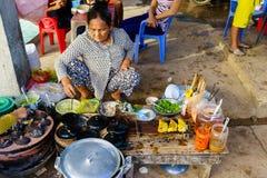 长的海氏,越南- 2014年12月29日:越南快餐Banh Xeo和Banh能供营商在长的海氏鱼市上清早, L 免版税库存照片