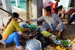长的海氏,越南- 2014年12月29日:越南快餐Banh Xeo和Banh能供营商在长的海氏鱼市上清早, L 免版税图库摄影