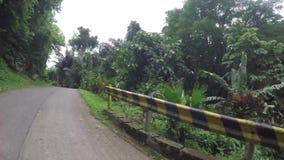 长的狭窄的混凝土铺了在边远农村镇的路 股票录像