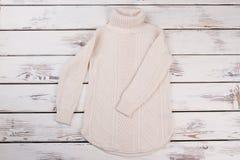 长的白色被编织的毛线衣 库存图片