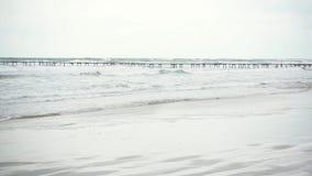 长的码头在风雨如磐的海 影视素材