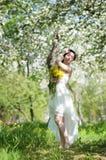 长的礼服的妇女在开花苹果公园 春天 库存图片