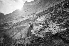 长的礼服的妇女在沙子峡谷 免版税图库摄影