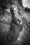长的礼服的妇女在沙子峡谷 库存照片