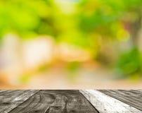 长的空的走廊的模糊的照片有露天场所的对绿色g 库存图片