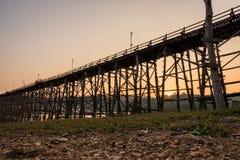 长的竹桥梁 免版税库存图片