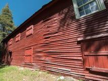 长的红色墙壁,老旅馆 免版税库存照片