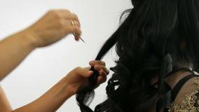 长长的黑色卷发造型 发型和卷曲 头发延伸胶囊 影视素材