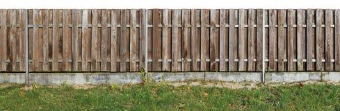 长的老固体变老了从垂直的pi的棕色木农村篱芭 免版税库存图片