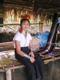 从长的脖子卡伦部落村庄泰国的女孩与手工造 免版税图库摄影