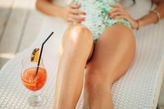 长的腿和热带鸡尾酒 免版税图库摄影