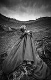 长的蓝色礼服的妇女在沙子峡谷 免版税图库摄影