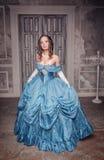 长的蓝色礼服的美丽的中世纪妇女 库存图片
