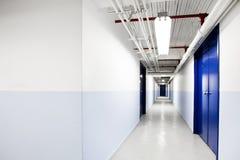长的蓝色走廊(与文本的空间) 库存图片