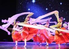 长的袖子-所有花一起开花-京剧舞蹈 免版税库存图片