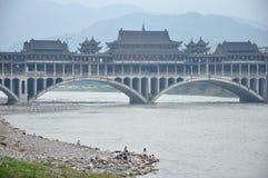 长的被遮盖的桥在Yaan四川,瓷。 库存图片