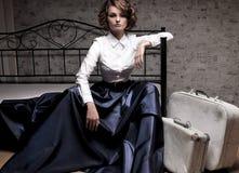 长的裙子和白色女衬衫的美丽的妇女 图库摄影