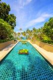 长的豪华游泳池一种热带手段-假期backgroun 图库摄影