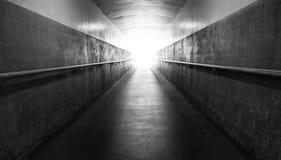 长的走廊光在隧道尽头 免版税图库摄影