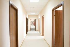 长的走廊在旅馆里 免版税库存照片