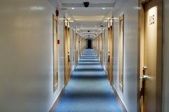 长的走廊在旅馆里 库存照片