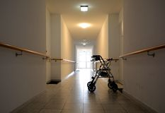 长的走廊在老人院 免版税库存图片