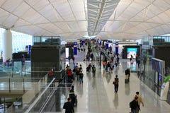 长的走廊在香港机场 免版税库存照片