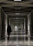 长的走廊走廊段落在晚上 免版税库存图片