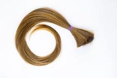 长的金发捐赠加强与癌症患者的紫罗兰色丝带ponio白色背景的 做的天然材料 免版税图库摄影