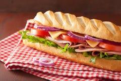 长的长方形宝石三明治用火腿乳酪蕃茄莴苣 免版税库存照片