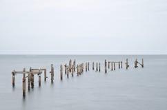 长的风险遗弃码头在风平浪静 免版税库存照片
