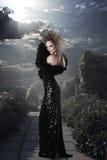 长的黑色礼服的端庄的妇女 库存照片