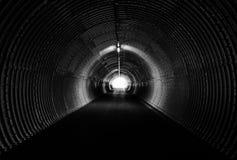 长的黑暗的隧道,圈子形式 点燃在末端 免版税库存图片