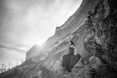 长的黑礼服的妇女在沙子峡谷 免版税图库摄影