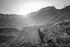 长的黑礼服的妇女在沙子峡谷 免版税库存图片