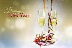 长笛香槟玻璃和五颜六色的飘带反对bokeh 库存图片