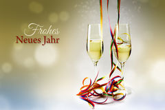 长笛香槟玻璃和五颜六色的飘带反对bokeh 免版税图库摄影