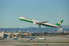 长荣航空波音B-777-36NER B-16720离去洛杉矶 库存照片